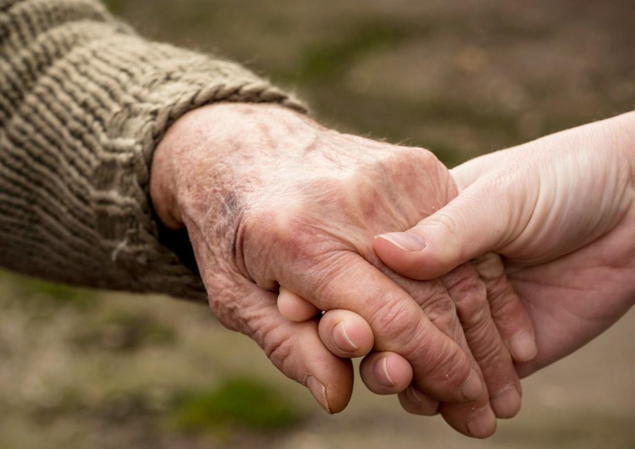Zwei Hände, die sich halten